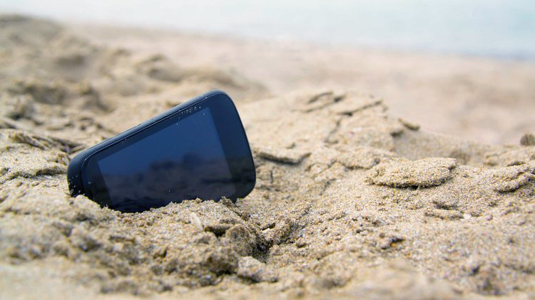 telefon w piasku