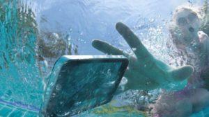 telefon w basenie